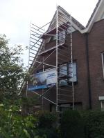 steiger plaatsen en schilderwerk voorkant woning aan pakken